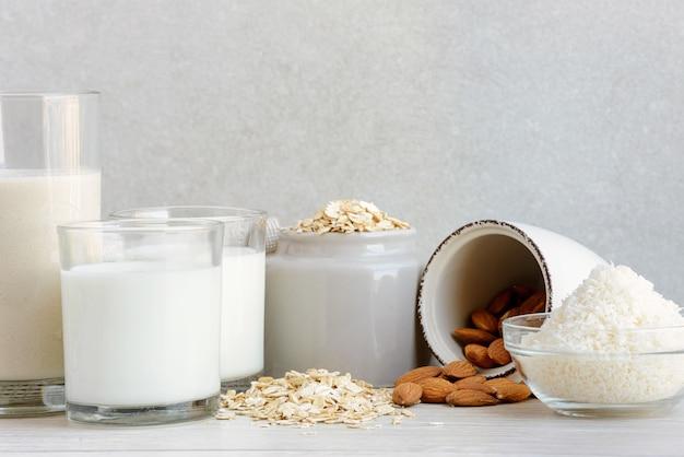 Diverse vegan plantaardige melk met ingrediënten