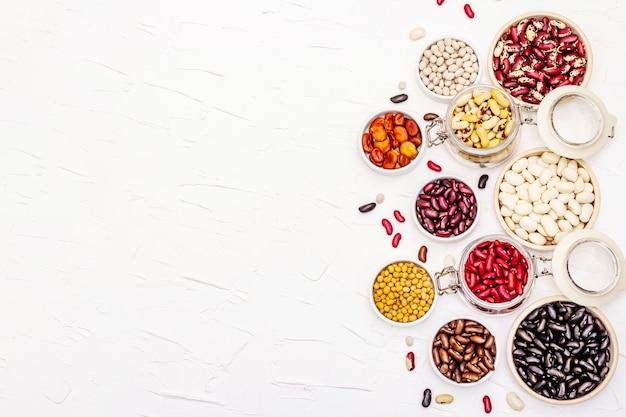 Diverse verschillende soorten bonen. set van verschillende droge peulvruchten, onmisbare proteïne voor een gezonde veganistische levensstijl