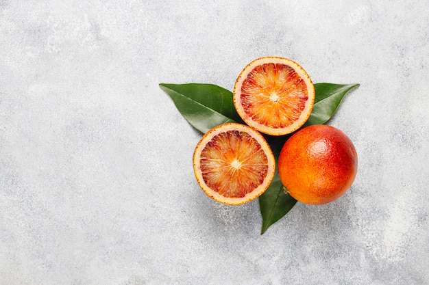 Diverse verse citrusvruchten, citroen, sinaasappel, limoen, bloedsinaasappel, fris en kleurrijk, bovenaanzicht