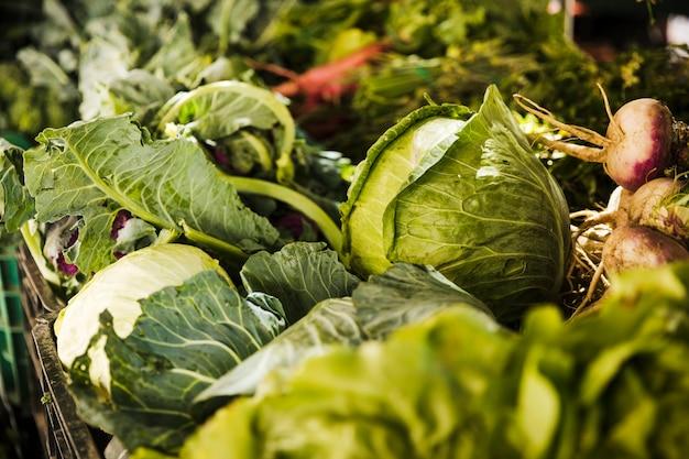 Diverse verse groente te koop bij supermarkt markt