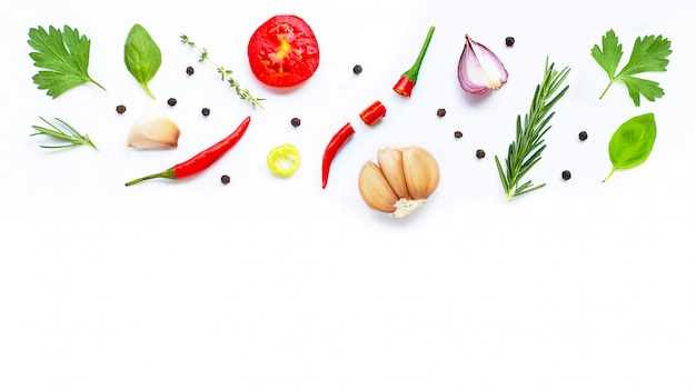 Diverse verse groenten en kruiden op wit. gezond eten concept