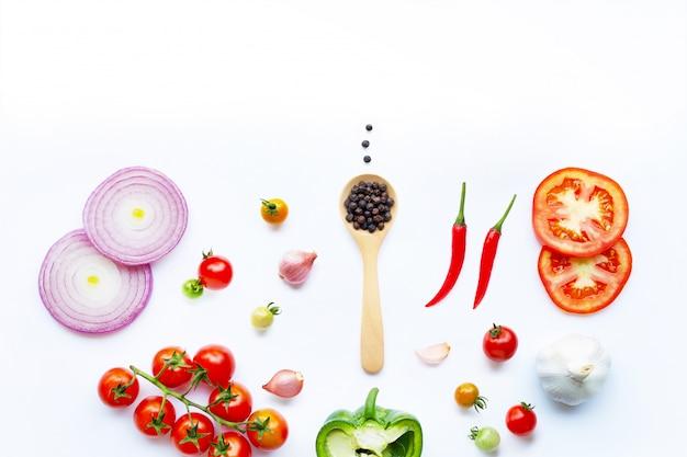 Diverse verse groenten en kruiden op witte achtergrond. gezond eten concept