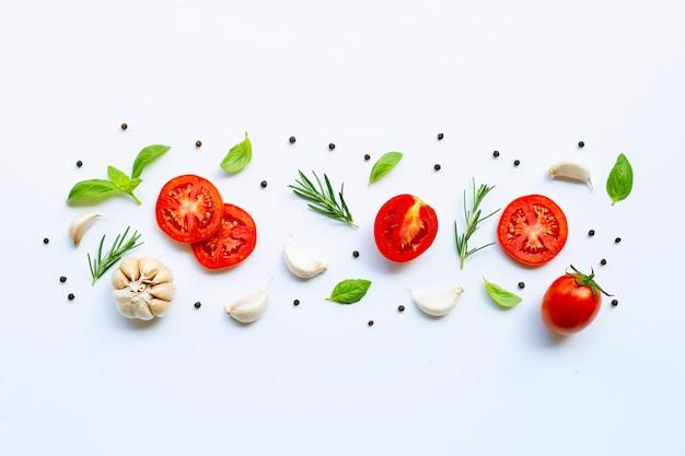 Diverse verse groenten en kruiden op witte achtergrond