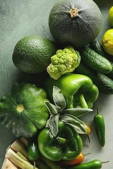 Diverse verse groenten op kleurentafel