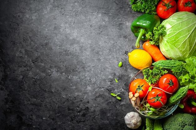 Diverse verse groentennatuurlijke voeding voor gezond op rustieke achtergrond met exemplaarruimte