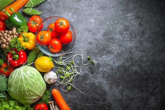 Diverse verse groentennatuurlijke voeding voor gezond op rustieke achtergrond met exemplaarruimte.