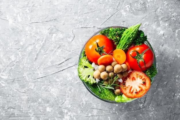 Diverse verse groentennatuurlijke voeding voor gezond op rustieke achtergrond