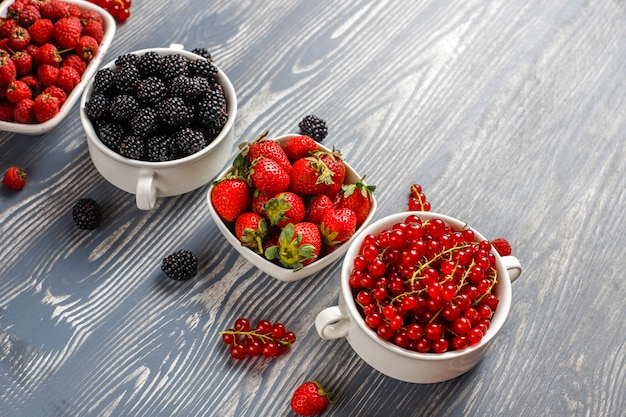 Diverse verse zomerbessen, bosbessen, rode bessen, aardbeien, bramen, bovenaanzicht.