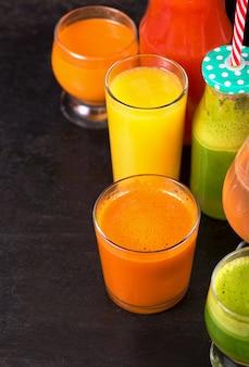 Diverse versgeperste fruit- en groentesappen