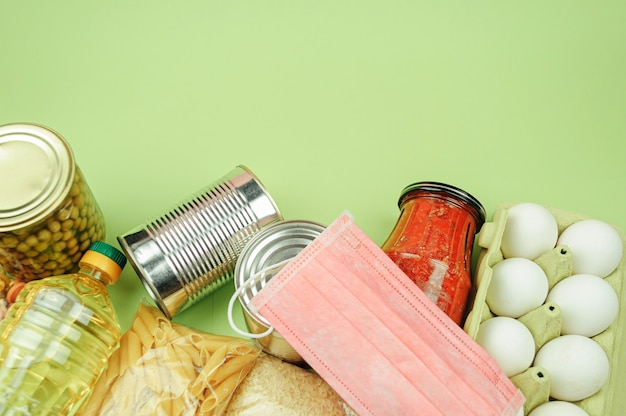 Diverse voedingsmiddelen liggen op groene achtergrond. bovenaanzicht, vrije ruimte.