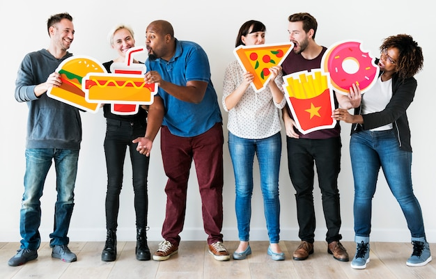 Diverse vrienden met voedselpictogrammen