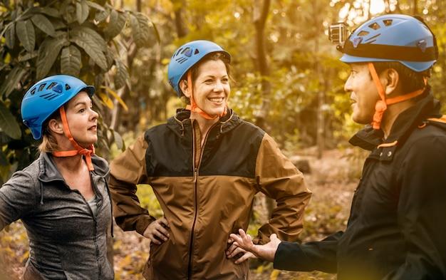 Diverse vrienden trekking in het bos samen