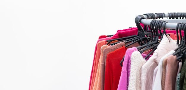 Diverse vrouwelijke kleren op kleerhangers. verkoop concept