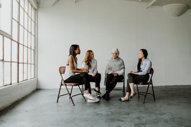 Diverse vrouwen in een ondersteunende groepssessie