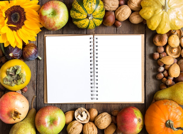 Diverse vruchten en noten op een houten tafel