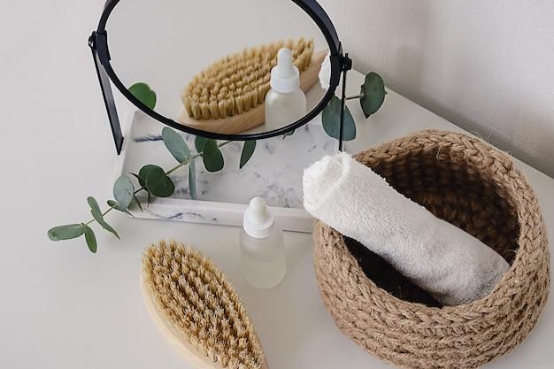 Diverse wellness- en spa-behandelingsproducten op witte achtergrond. zero waste natuurlijke cosmetica op een kaptafel.