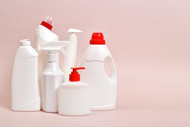 Diverse witte plastic flessen afwasmiddel met een plek voor tekst. alles om schoon te maken. desinfectie van het huis, kantoor, appartement.