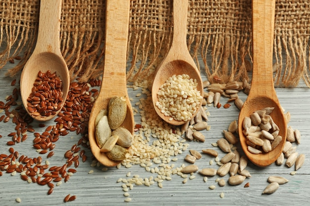 Diverse zaden op blauwe houten achtergrond, close-up