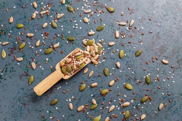 Diverse zaden - sesam, lijnzaad, zonnebloempitten, pompoenpitten voor salades.