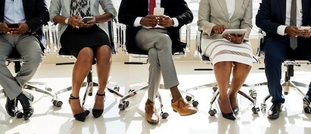 Diverse zakenmensen gebruiken digitale apparaten