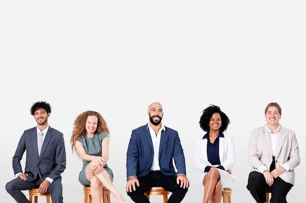 Diverse zakenmensen glimlachen terwijl ze aan het werk zijn en een carrièrecampagne