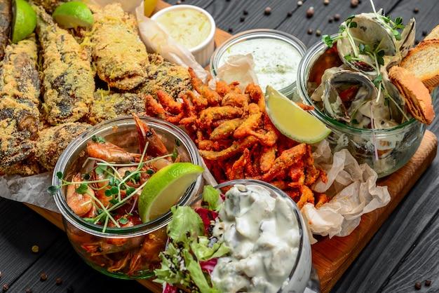 Diverse zeevruchten voorgerechten, gebakken vis, mosselen en garnalen