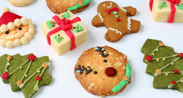 Diverse zelfgemaakte heerlijke kerstkoekjes op witte achtergrond