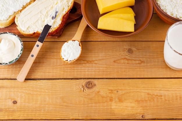 Diverse zuivelproducten. melk, kwark, harde kaas en zure room