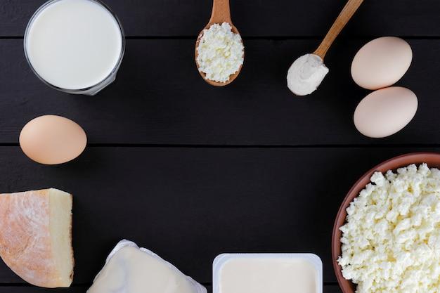 Diverse zuivelproducten op donkere borden. kwark op een donkere achtergrond