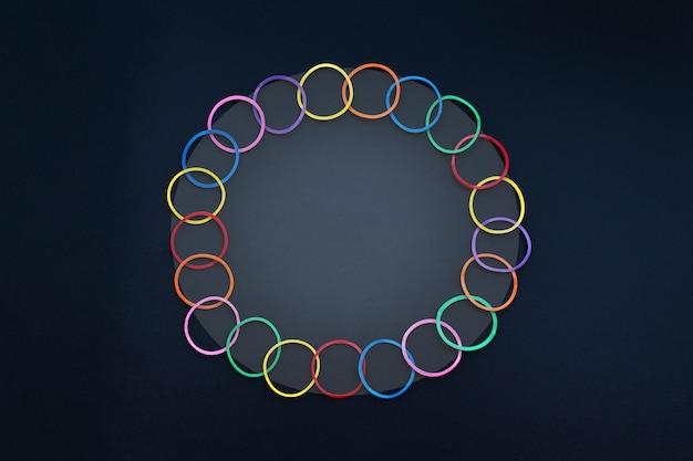 Diversiteit concept mix kleurrijke rubberen band op zwarte achtergrond met kopie ruimte