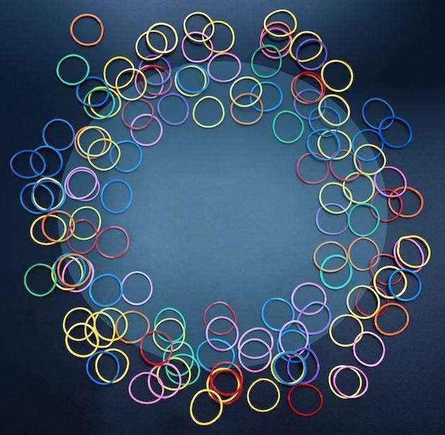 Diversiteit concept mix kleurrijke rubberen band op zwarte achtergrond met tcopy ruimte