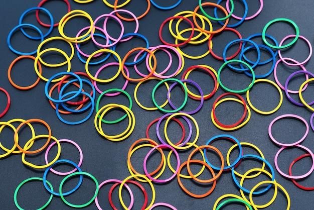 Diversiteit concept mix kleurrijke rubberen band op zwarte achtergrond