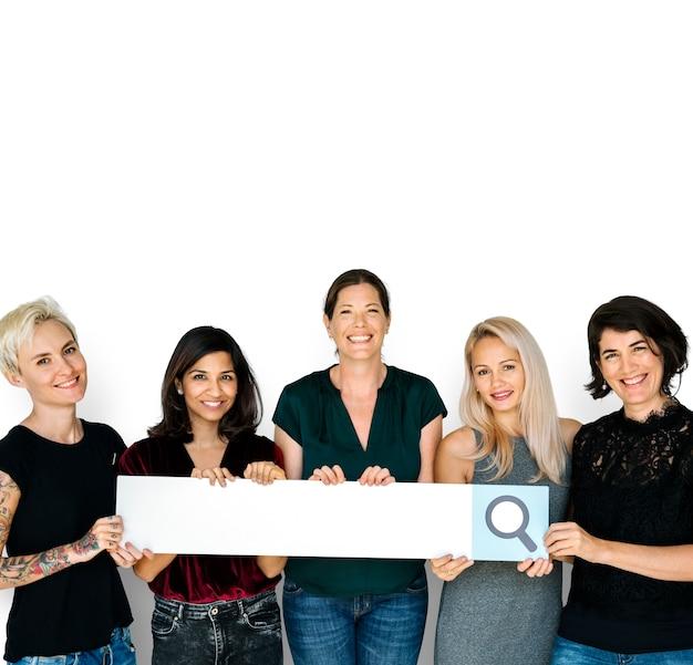 Diversiteit dames handen houd zoekvak vergrootglas