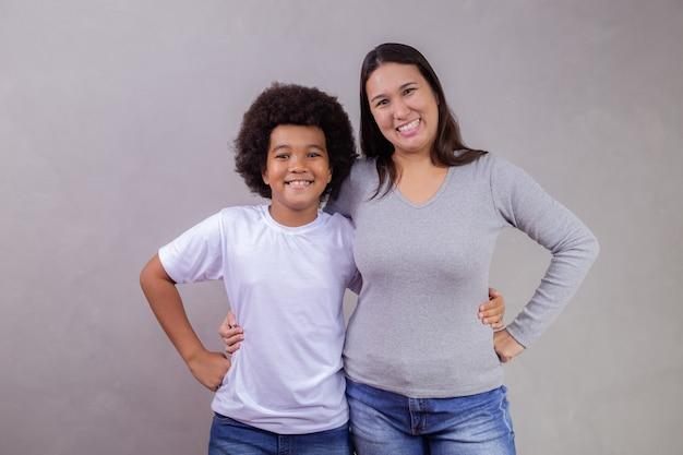 Diversiteit met japanse moeder en afro kind op grijze achtergrond. moederdag concept