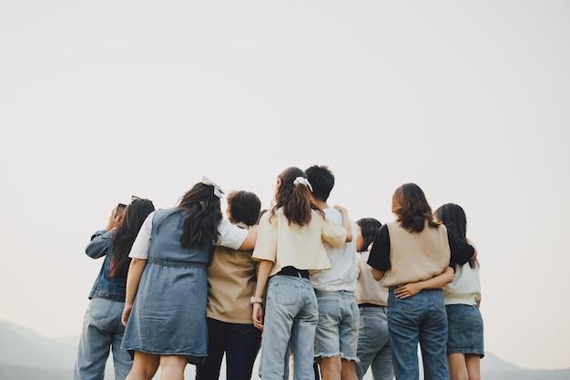 Diversiteit vriendengroepen omhelzen elkaar samen