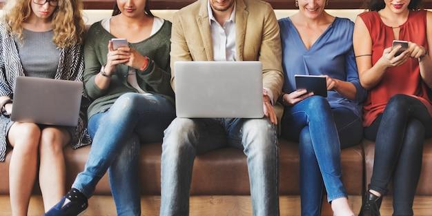 Diversiteitsmensen verbindings digitale apparaten die concept doorbladeren
