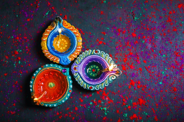 Diwali diya met vuurkrakers boven rangoli