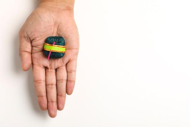 Diwali handgemaakte bom in de hand,