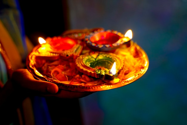 Diwali-lamp en goudsbloembloemblaadjes