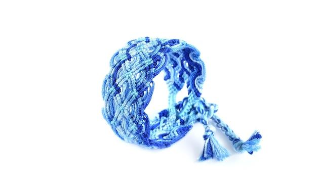 Diy blauwe geweven gebonden vriendschap armband met ongebruikelijke vlechten geïsoleerd op een witte achtergrond