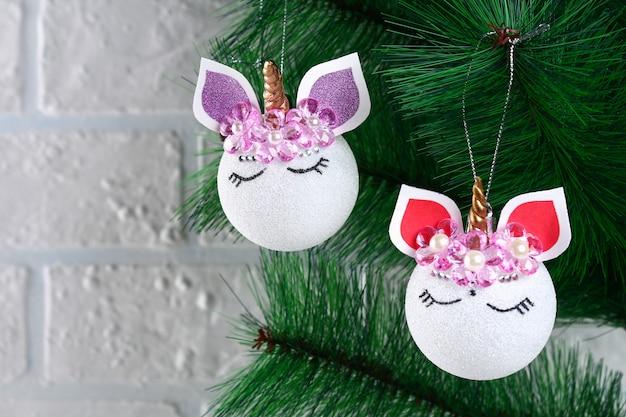 Diy, de eenhoorn. hoe maak je een eenhoorn van een kerstbal speelgoed. stap voor stap gidsfoto.