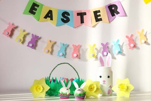 Diy decor voor pasen. papierslingers, vaaskonijntje, narcissen, eieren, konijntjes, mand met beschilderde eieren