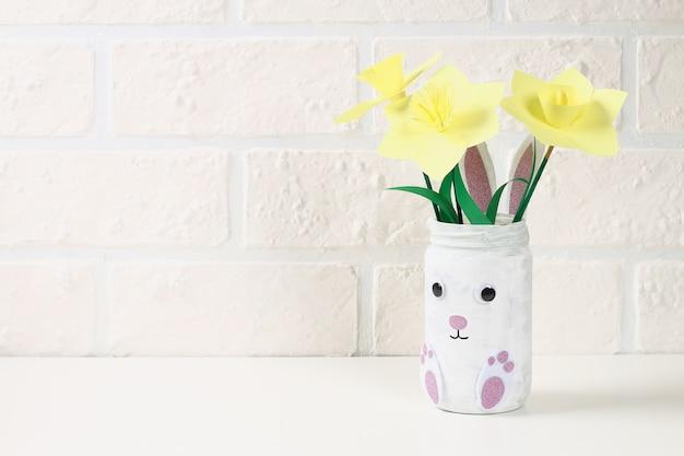 Diy easter vaas konijn uit glazen pot, vilt, googly ogen op een groene achtergrond