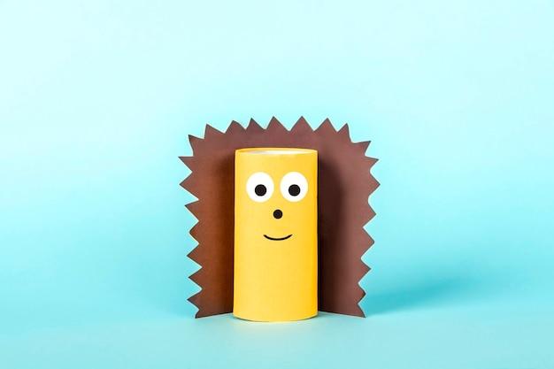 Diy en kinderen creativiteit. milieuvriendelijk hergebruik recyclen van toiletrolbuis. kinderen paper craft hedgehog met tentakels.