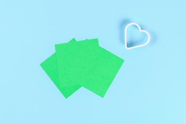 Diy groene klaver st. patricks day op blauwe achtergrond.
