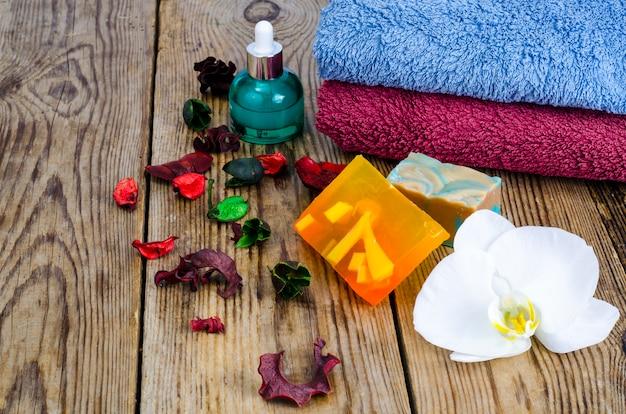 Diy handgemaakte spa zeep met handdoeken en bloem