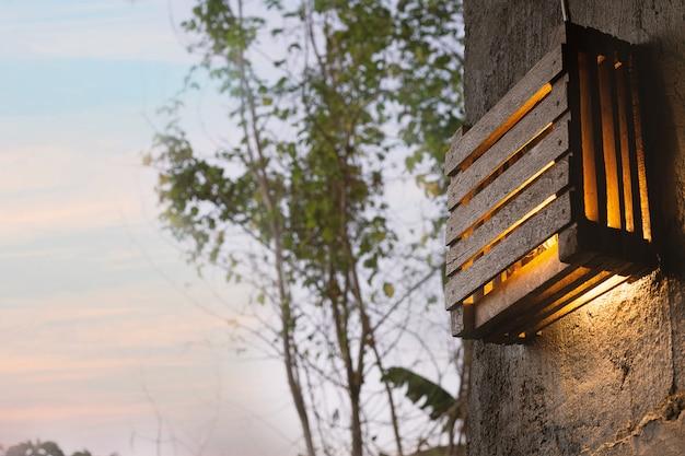 Diy houten lamp op muur in ochtendtijd.