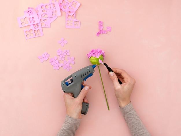 Diy-instructie. bloemen maken van foamiran. ambachtelijke gereedschappen en benodigdheden. stap 4