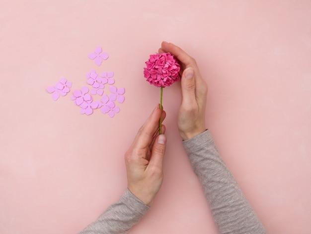 Diy-instructie. bloemen maken van foamiran. ambachtelijke gereedschappen en benodigdheden. stap 5