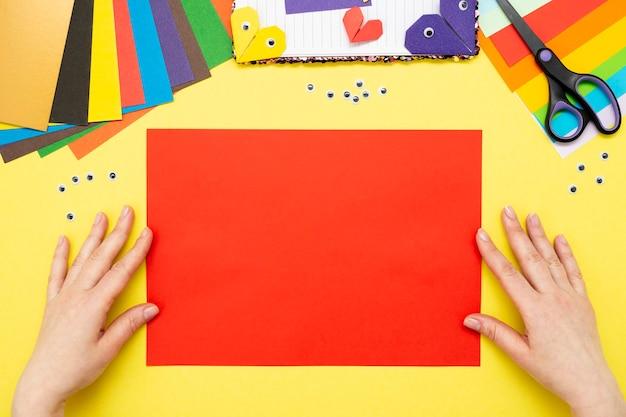 Diy-instructie. stap voor stap handleiding. het proces van het maken van een bladwijzer voor een boek in de vorm van een hart voor valentijnsdag.